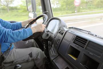 LKW-Fahrer während der Fahrt (Cockpit)