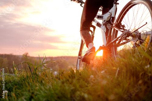 dziewczyna jazda rowerem w zachód słońca