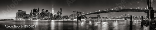 Foto op Plexiglas Brooklyn Bridge Panoramic Black and white view of Lower Manhattan Financial District skyscrapers at twilight with the Brooklyn Bridge and East River. New York City