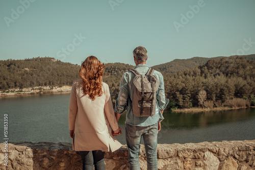 reisendes paar treibt fernweh in die berge Poster