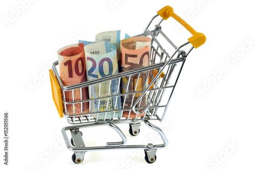 Wózek supermarketowy z rolowanymi banknotami