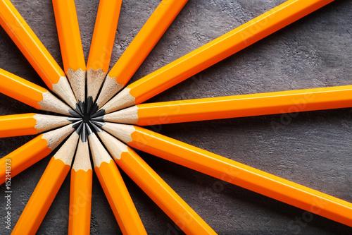 Żółci ołówki na szarym drewnianym stole