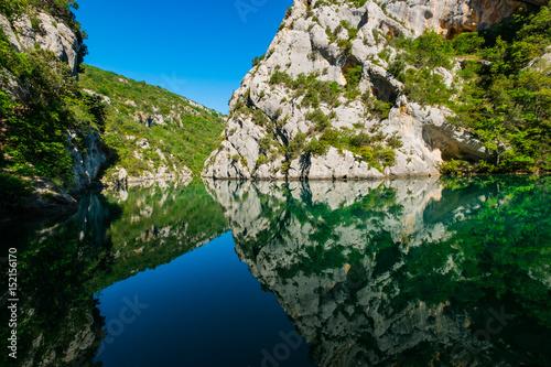 Basses Gorges du Verdon. Un beau reflet de rochers dans l'eau calmeet ensoleillé.