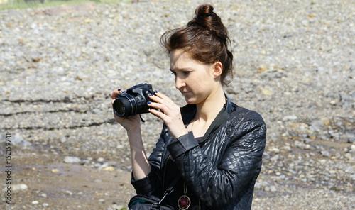 jeune femme,et son appareil photo,en extérieur