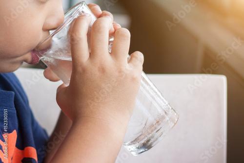 Dzieci piją zimną wodę rano.