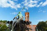 Rotes Rathaus und Neptunbrunnen mit Skulptur - Berlin