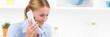 Leinwandbild Motiv junge fröhliche frau am telefon