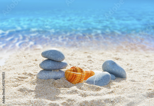 Foto op Aluminium Stenen in het Zand piedras en la arena de la playa
