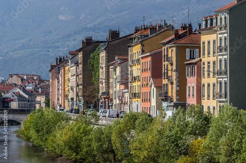 Le vieux quartier de Grenoble et ses maisons colorées