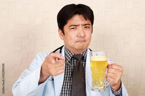Poster ビールの飲みすぎを注意する医師