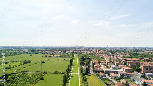 Aluminium Milan Nuovo Skyline di Milano visto dall'hinterland milanese, vista aerea, viale alberato, percorso ciclo pedonale. Varedo, Monza Brianza, Lombardia. Italia