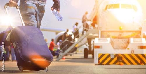 Flughafen Passagier mit Trolley im Sonnenaufgang Poster