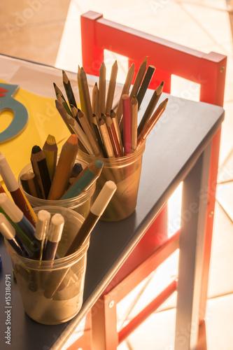Spielecke mit Buntstiften für das Kind zum Malen