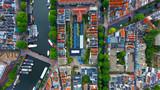 Photographie aérienne à la verticale d'un ensemble de lofts, dans le centre d'Amsterdam, Hollande