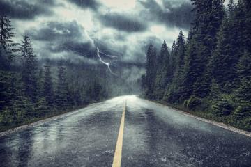 Unwetter mit Regen und Blitz auf Strasse
