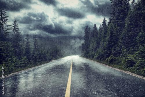 Unwetter mit Regen auf Strasse am Wald - 153412331