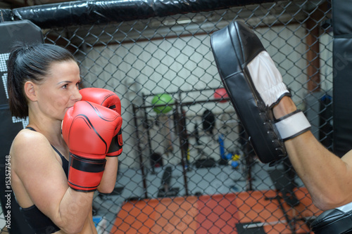 Póster Woman training to box