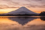精進湖から夜明けの富士山