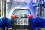 Auto in Waschanlage - 154241758
