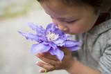 青い花の香りを嗅ぐ女の子 - 154250738