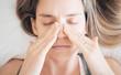 Donna con sinusite o allergia, malessere