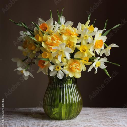 Bukiet daffodils w szklanej wazie.