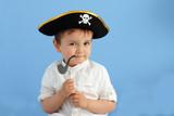 niño con sombrero de pirata y pipa - 154363787