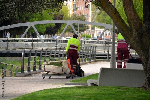 jardinero trabajando en un parque público
