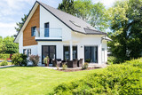 modernes Einfamilienhaus mit Garten - 154932165