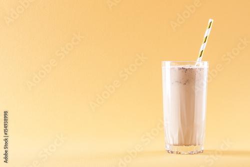 Foto op Plexiglas Milkshake banana chocolate smoothie on a solid background