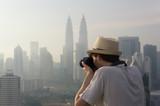 Touriste photographiant des gratte-ciel, Kuala Lumpur, Malaisie - 155006153