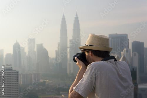 Touriste photographiant des gratte-ciel, Kuala Lumpur, Malaisie Poster