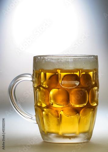 Poster Бокал светлого пива на сером фоне