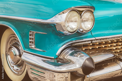Przód niebieski klasyczny amerykański samochód