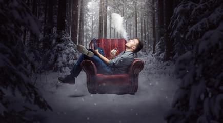 Mann auf einem Sessel im Wald