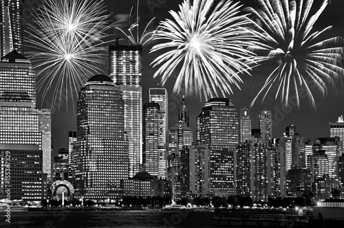 Papiers peints New York New York Manhattan skyline at night, with fireworks, american US celebration and party, black and white image