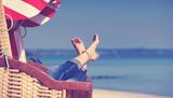 Füße im Strandkorb am Meer - 155519968