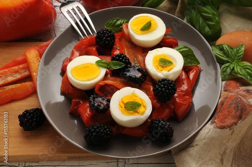 Huevos pimientos moras albahaca Eggs peppers blackberries basil Peperoni uova mo Poster