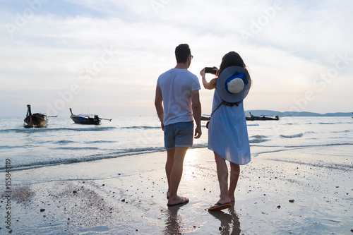 Poster Couple Beach Summer Vacation, Man Woman Take Photo Sunset Young Guy Girl Back Re