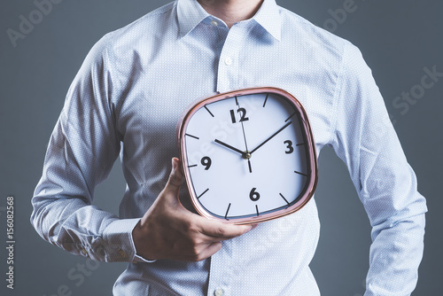 時計を持っている男性 Poster