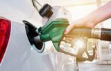 Frau tankt Benzin an der Tankstelle