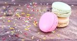 macarons con fideos de colores sobre mesa rústica