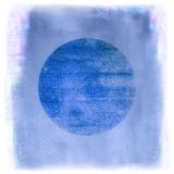 blauer gemalter Hintergrund mit kreisrundem Textfreiraum