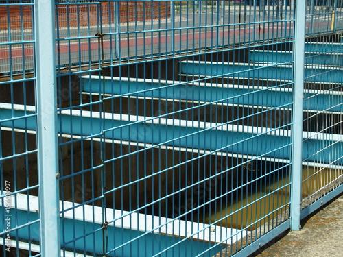Poster 落下防止のフェンスのある川