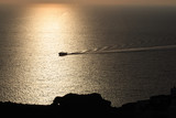 barca nella caldera a Santorini