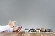 住宅模型,スマートフォンを操作する人の手