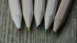 Crayons de couleur sur bureau en bois