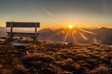 Berglandschaft mit Sitzbank während dem Sonnenaufgang © christophstoeckl