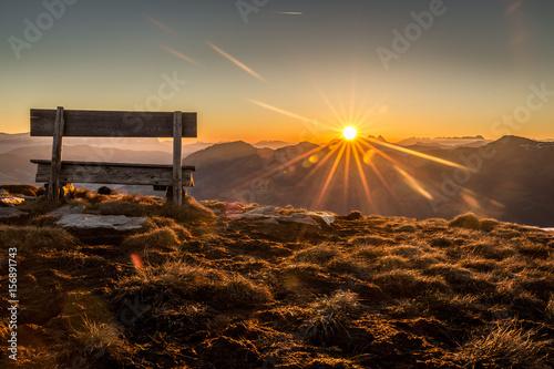 Staande foto Ochtendgloren Berglandschaft mit Sitzbank während dem Sonnenaufgang