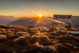 Sonnenaufgang am Berg mit Sitzbank